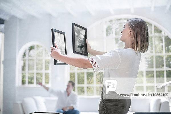 Paar hängende Bilder im Wohnzimmer
