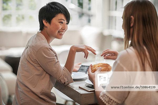 Frauen unterhalten sich bei Getränken und Snacks