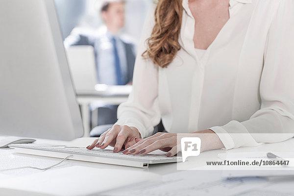 Geschäftsfrau mit Computer im Büro