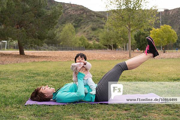 Mutter trainiert mit Baby im Park