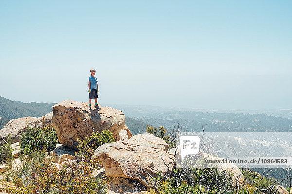 Porträt eines auf einem Felsblock stehenden Jungen  Santa Barbara  Kalifornien  USA