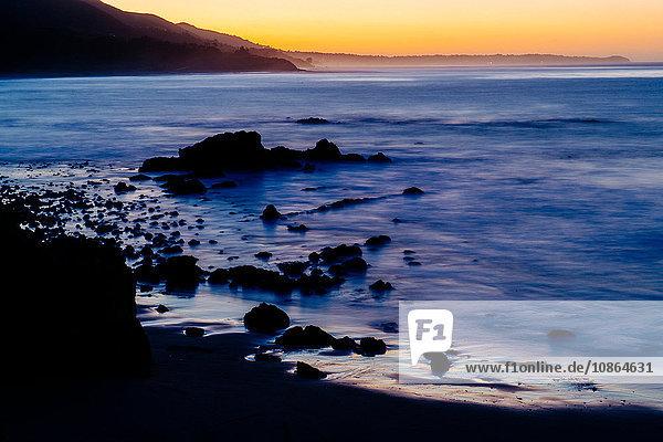 Erhöhte Ansicht des Silhouettenstrandes bei Sonnenuntergang  Los Angeles  Kalifornien  USA
