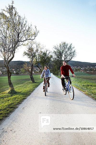 Paar radelt entlang des Radweges um den Plattensee  Budapest Ungarn