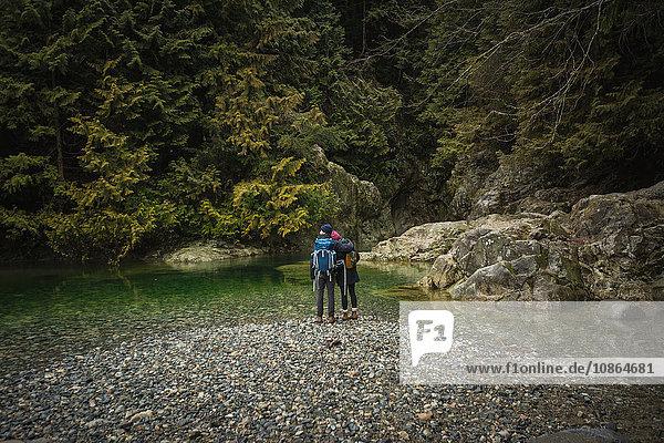 Paar am Fluss  Lynn Canyon Park  Nordvancouver  Britisch-Kolumbien  Kanada