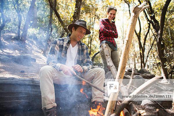 Junge männliche und weibliche Wanderer am Lagerfeuer im Wald  Arcadia  Kalifornien  USA