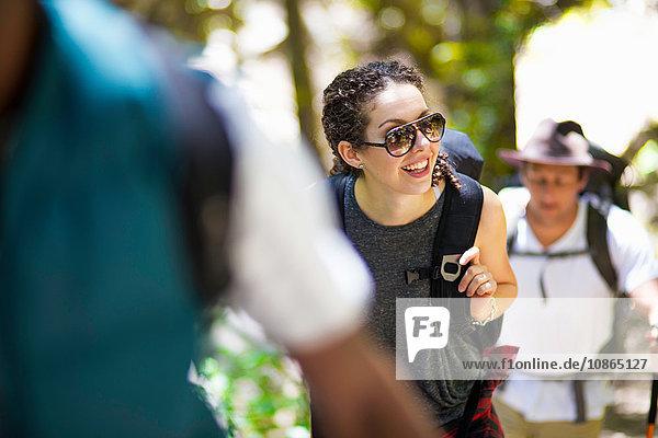 Junge weibliche und männliche Wanderer beim Wandern im Wald  Arcadia  Kalifornien  USA