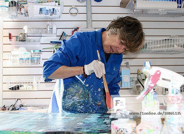 Künstler malt Leinwand