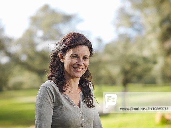 Porträt einer lächelnden Frau auf dem Land