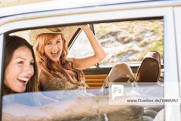 Zwei Freundinnen im mittleren Erwachsenenalter auf dem Rücksitz eines Autos  Kapstadt  Südafrika