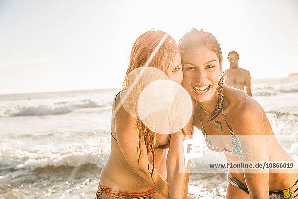 Porträt von zwei Frauen in Bikinis am Strand  Kapstadt  Südafrika