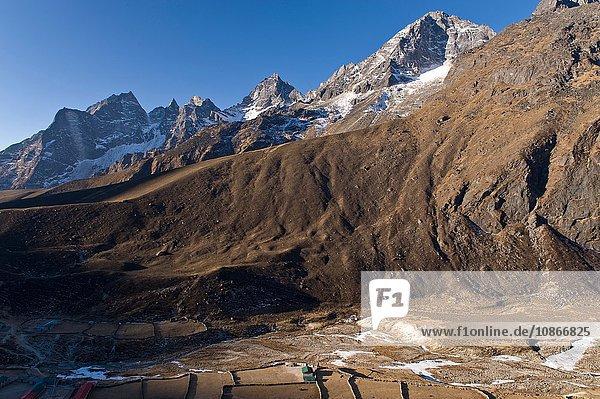 Schneebedeckte Berge über dem Tal