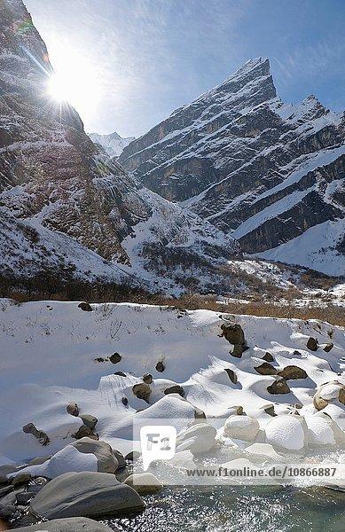 Fluss in verschneiter Berglandschaft