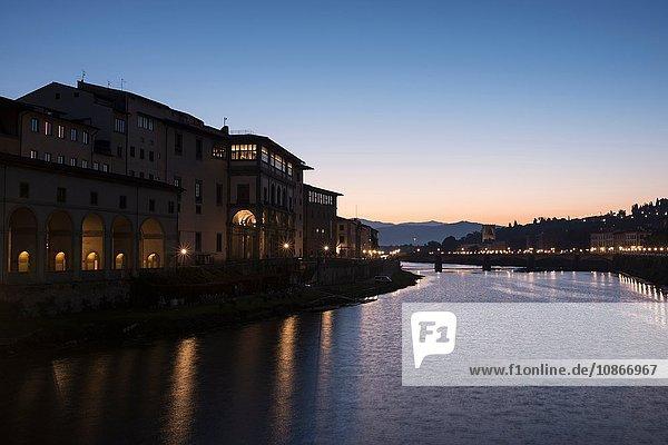 Gebäude an der Uferpromenade von Florenz in der Abenddämmerung