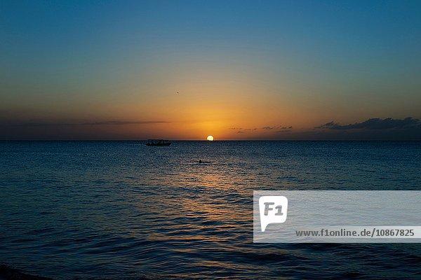 Sonnenuntergang am Seven Mile Beach  Negril  Jamaika