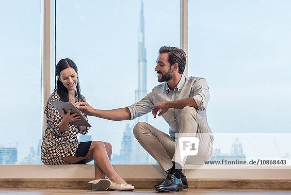 Geschäftsfrau und Mann am Fenster sitzend  Dubai  Vereinigte Arabische Emirate
