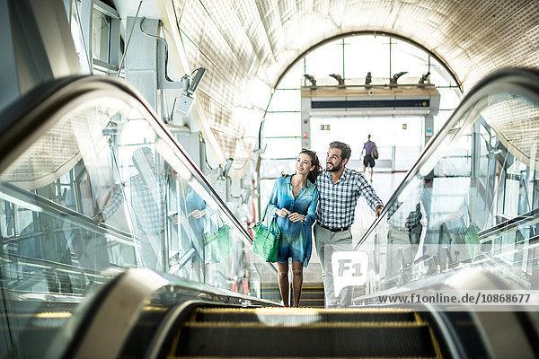 Touristenpaar fährt die Rolltreppe in einem Einkaufszentrum hoch  Dubai  Vereinigte Arabische Emirate