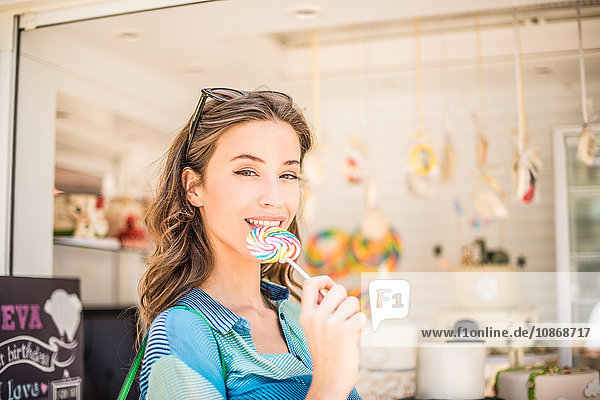 Porträt einer Frau mit Lutscher von einem Süßwarenstand  Dubai  Vereinigte Arabische Emirate