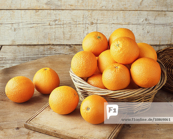 Orangen im Weidenkorb Orangen im Weidenkorb