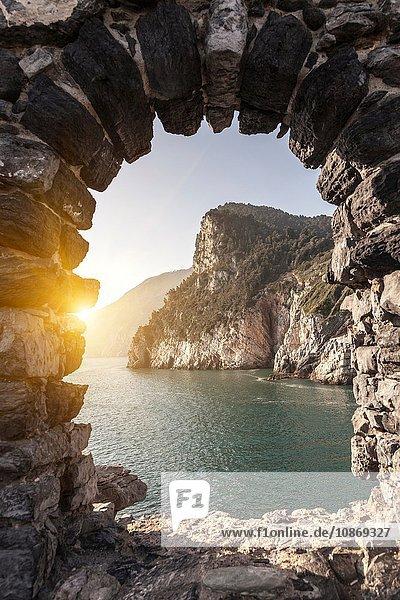 Meeresblick durch den Bogen  Portovenere  Cinque Terre  Ligurien  Italien