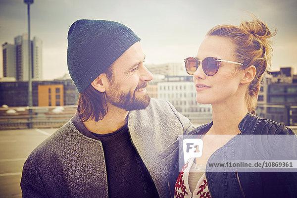 Mittelgroßes erwachsenes Paar auf dem Dachparkplatz