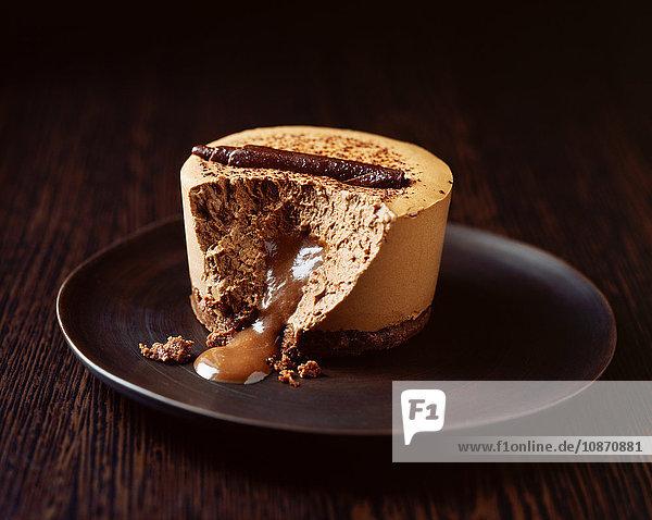 Schokoladenmaus auf dem Teller triefend mit Schokoladensauce