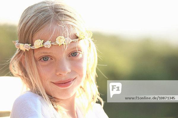 Porträt eines blonden Mädchens mit Blumenstirnband  Buonconvento  Toskana  Italien