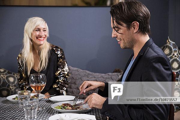 Ehepaar bei einem Abendessen im Restaurant