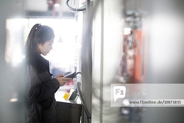 Techniker  der die Maschine in der Fabrik bedient