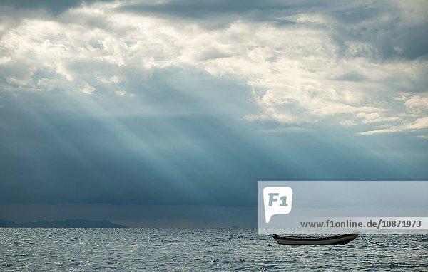 Boot in der Abenddämmerung  Isla del Sol  Titicacasee  Bolivien  Südamerika