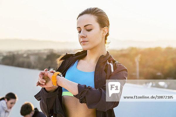 Junge Frau  im Freien  Blick auf Aktivitätsverfolger
