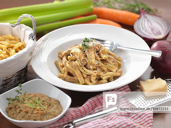 Traditionelles italienisches Gericht mit Pasta Ragu D'Agnello (Lamm-Ragu)
