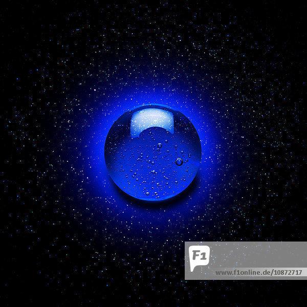 Blauer Gel-Tropfen gegen den sternenklaren Nachthimmel