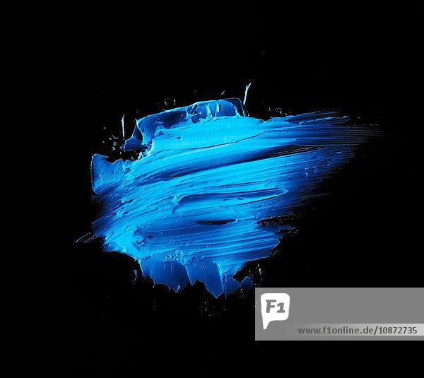 Blaue abstrakte Farbe auf schwarzem Hintergrund