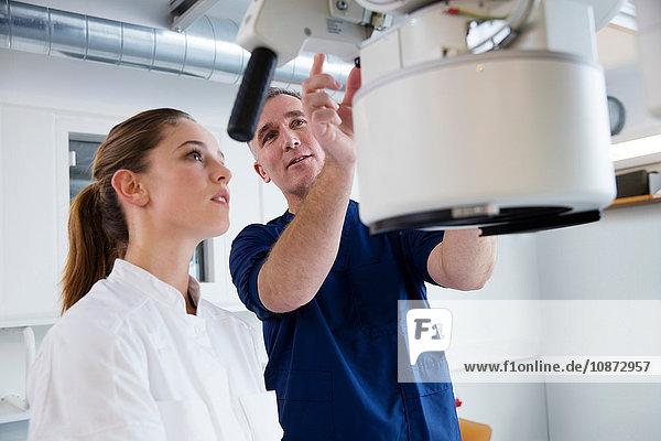 Krankenschwester und Arzt bereiten medizinische Röntgengeräte im Krankenhaus vor