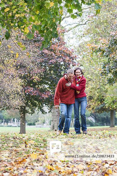 Heterosexuelles Paar beim Spaziergang durch den Park