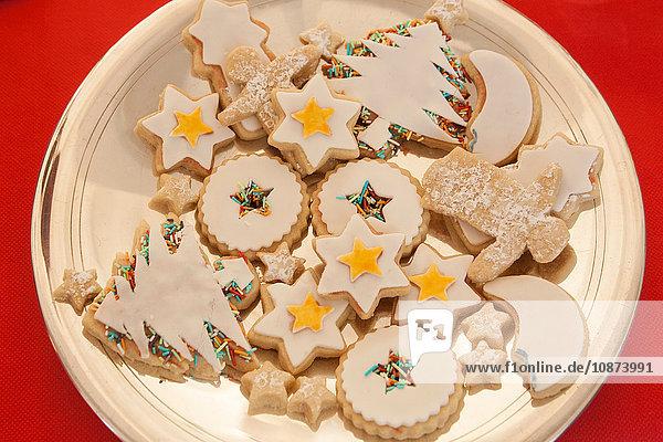 Draufsicht auf gefrorene Weihnachtsplätzchen auf dem Teller