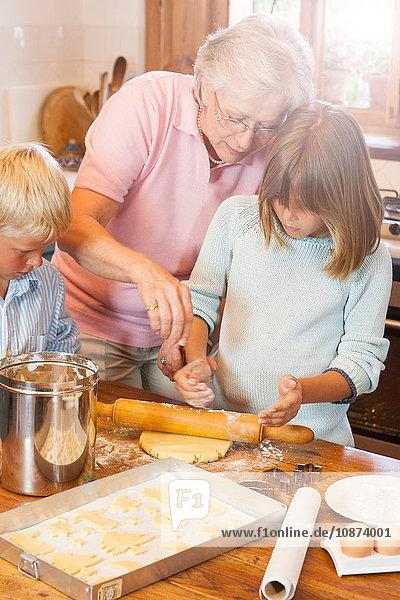 Großmutter und Enkel backen Kekse