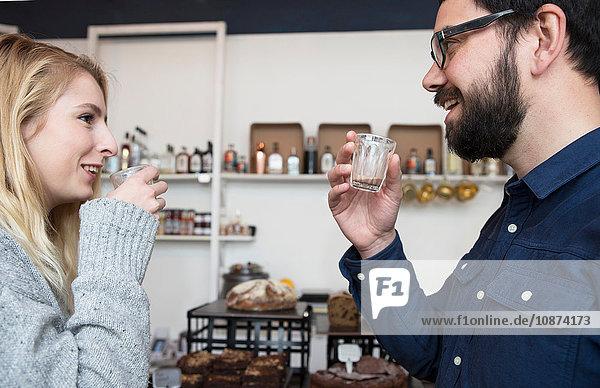 Ehepaar trinkt Espresso im Café