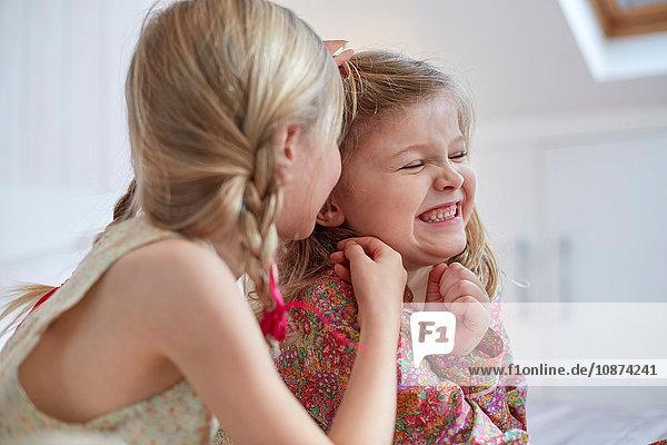 Mädchen teilen ihr Geheimnis im Dachgeschoss