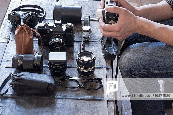 Fotograf  der Kamera und Zubehör am Schreibtisch vorbereitet