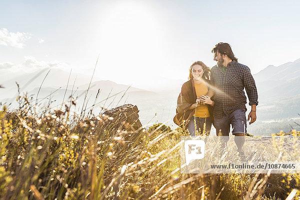 Paar beim Spaziergang an einem sonnigen Tag  Franschhoek  Südafrika
