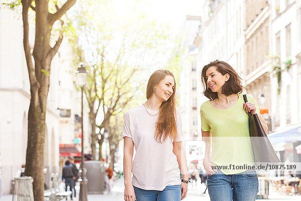 Zwei junge Frauen beim Plaudern und Flanieren auf der Straße  Paris  Frankreich