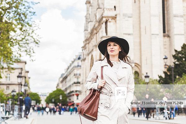 Stilvolle junge Frau schlendert durch die Avenue in Paris  Frankreich
