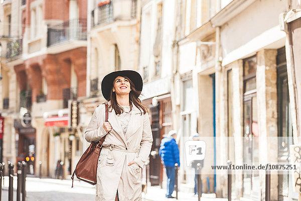 Stilvolle junge Frau schlendert auf der Straße  Paris  Frankreich