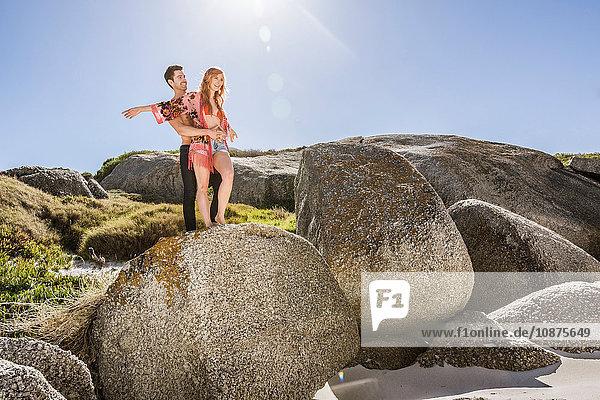 Paar im Freien  auf Fels stehend  Aussicht betrachtend