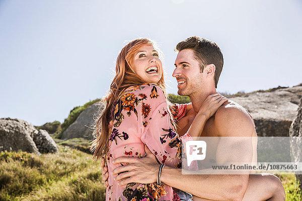 Paar im Freien,  Frau sitzt auf dem Schoß des Mannes,  von Angesicht zu Angesicht