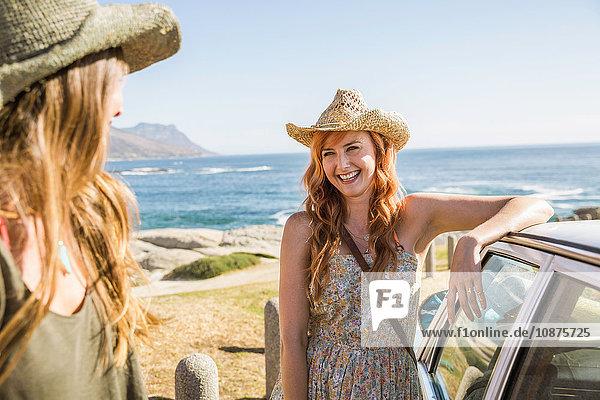 Zwei Freundinnen im mittleren Erwachsenenalter an der Küstenstraße  Kapstadt  Südafrika