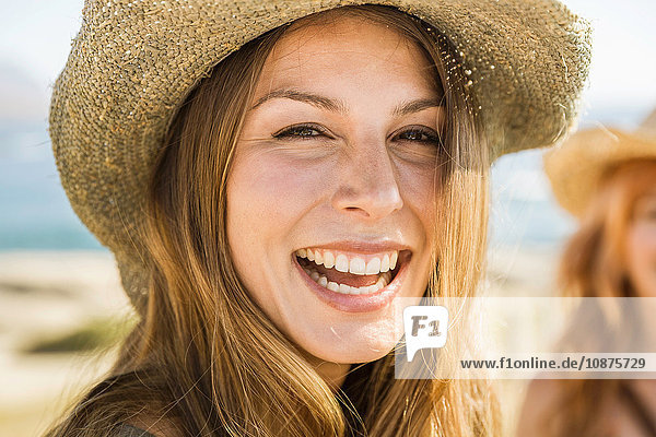 Nahaufnahme eines Porträts einer glücklichen Frau aus der Mitte der Erwachsenen an der Küste,  Kapstadt,  Südafrika