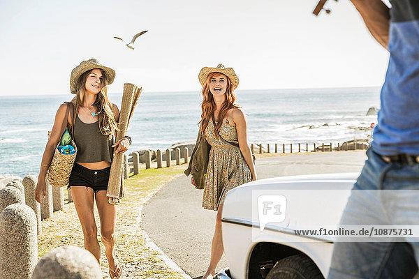 Drei mittlere erwachsene Freunde auf der Küstenstraße  Kapstadt  Südafrika