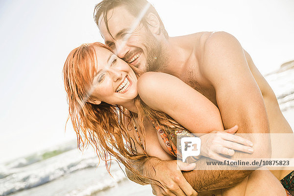Mittlerer Erwachsener Mann umarmt Freundin am Strand  Kapstadt  Südafrika